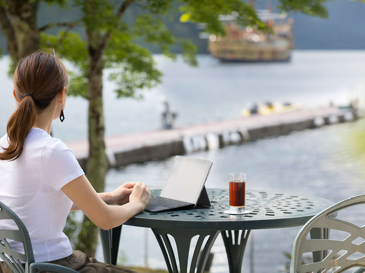 湖畔の静かなロケーションでお仕事ができます。