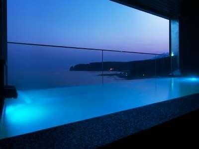 露天風呂「汐音(SION)」。夜明け前や夕暮れもおすすめです。