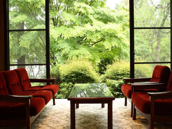【本館和室】(10~12.5畳+広縁付)一例。初夏には広縁から新緑を眺めながらの森林浴を