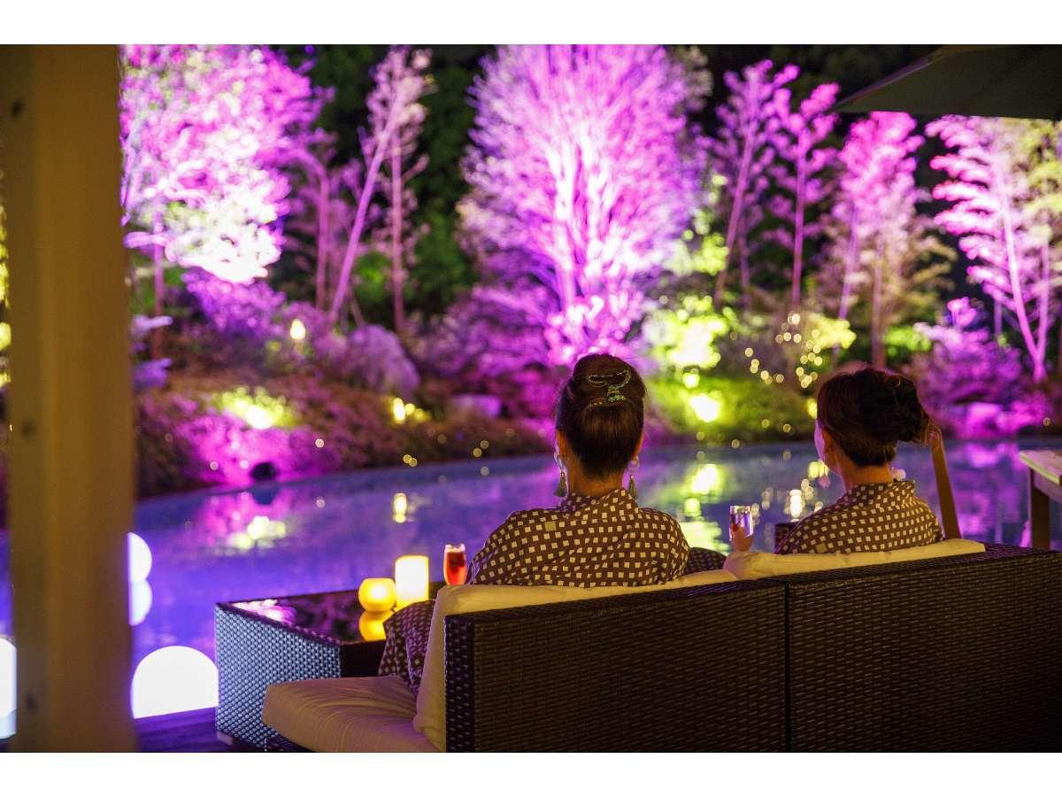 【ガーデンプール】ナイトプールの美しい景色を眺めながらオリジナルカクテルをどうぞ。