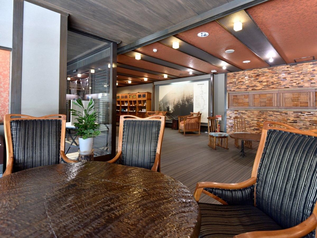 「BC工房」のテーブルとイスでゆったりできます 1階ロビー