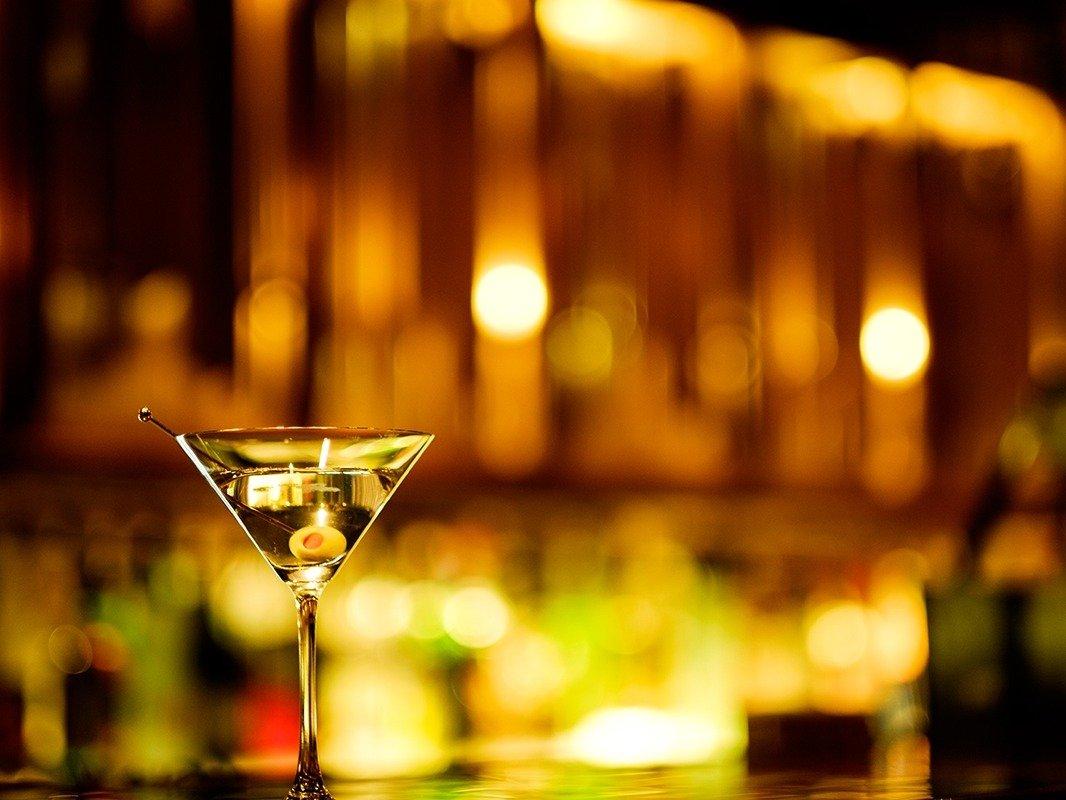 カクテルで乾杯 バー「カルーザル」