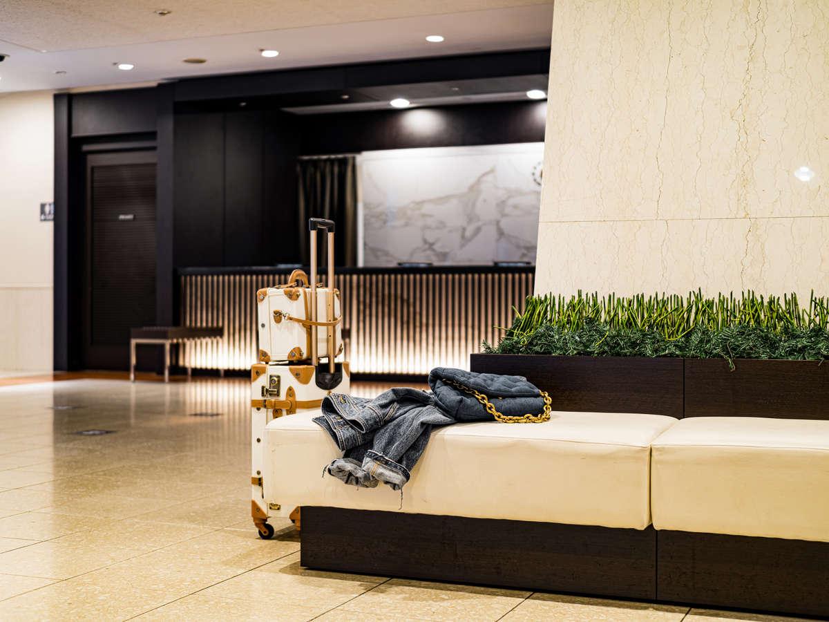 ロビーは広々とした清潔感のある空間。出発前の時間にリラックスしたひとときをお過ごしいただけます。