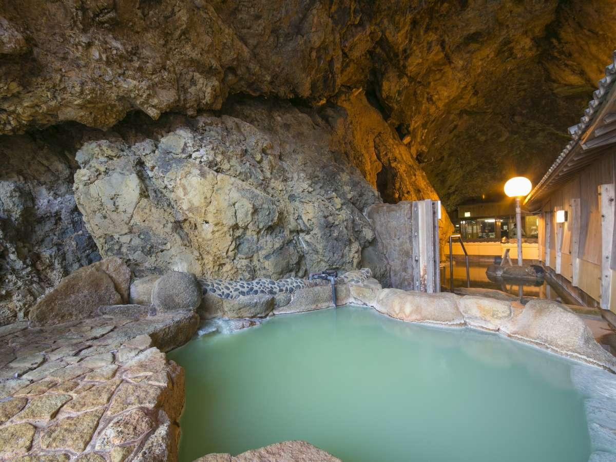 玄武洞(女性側)波音を楽しみながら湯浴みを
