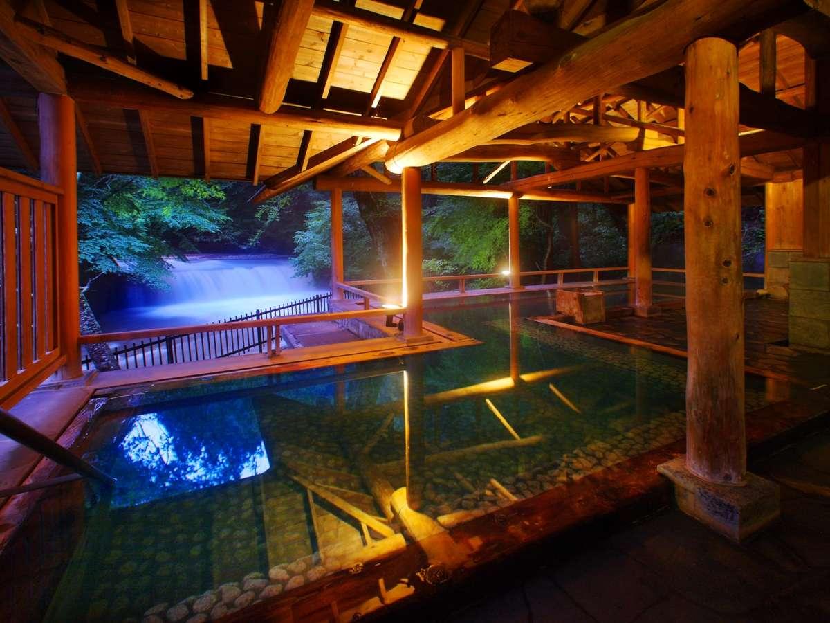 滝見露天「森のこだま」。泉質は美肌成分たっぷりでお肌に優しい。森林浴と湯あみをお楽しみください。