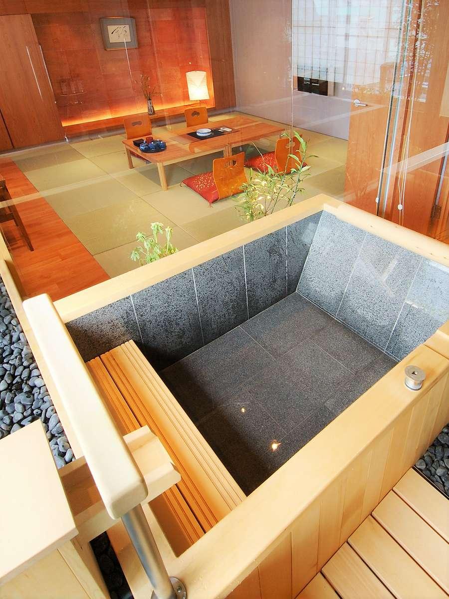 展望風呂付客室限定。檜を基調とした『おがたま』
