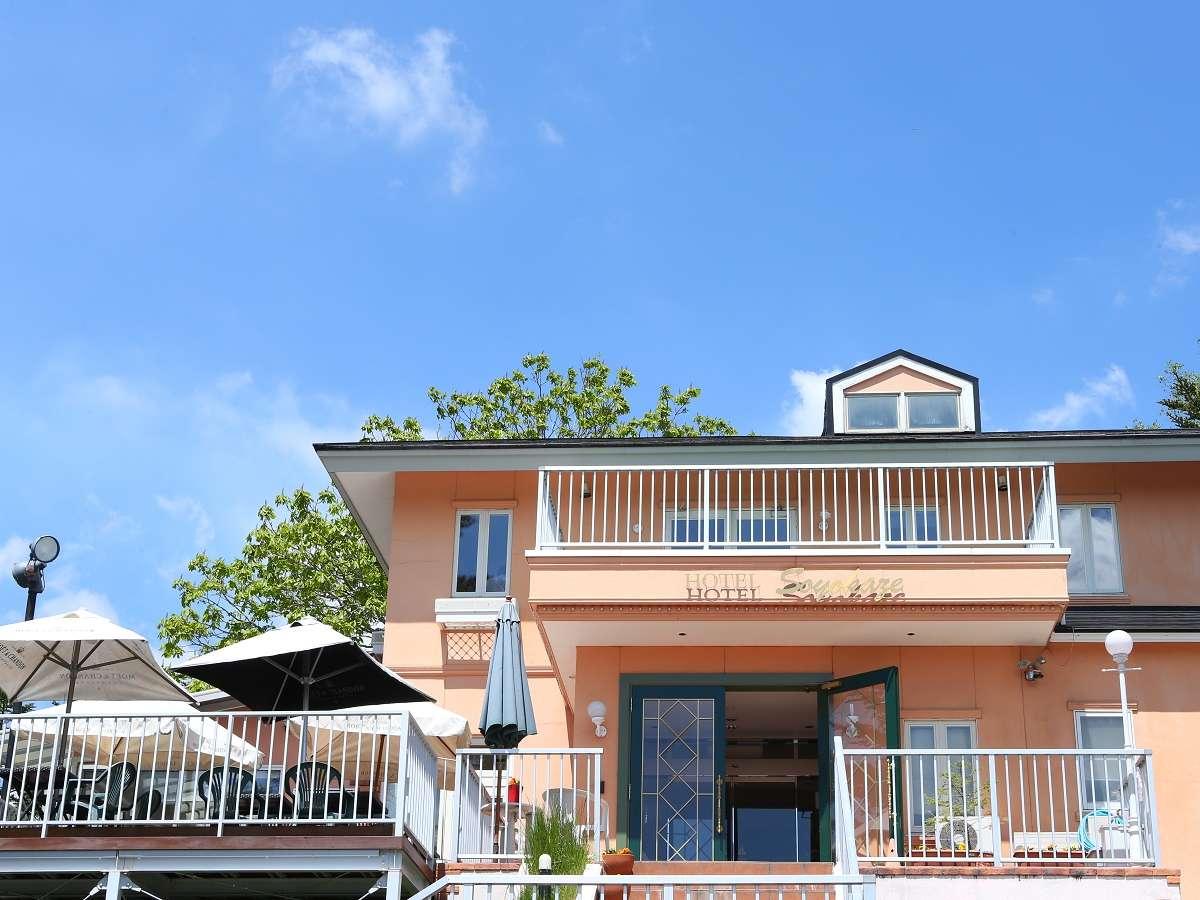 青い空に映える外観のホテルはまるで南フランスにいるかのよう