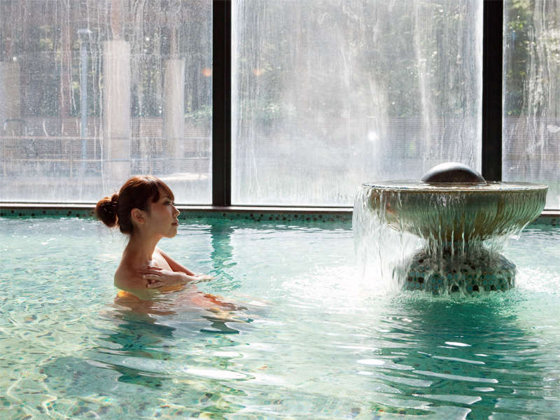 *日帰り入浴施設《大芝の湯》/湯口からは常に、源泉そのままのとろみのある温泉が流れ出ています。