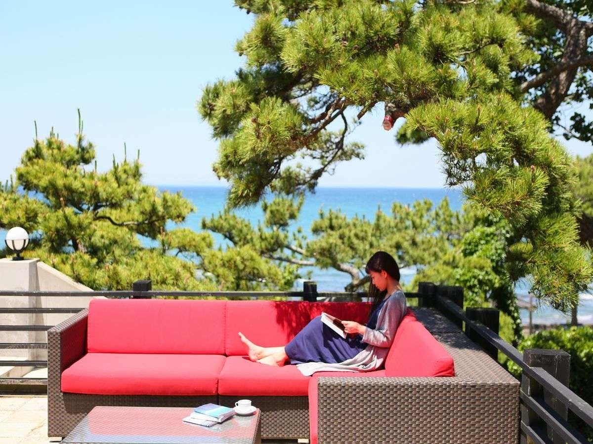鳩山荘松庵は、自己投資する人のための、趣味や仕事に「夢中になれる海辺の別荘宿」です。