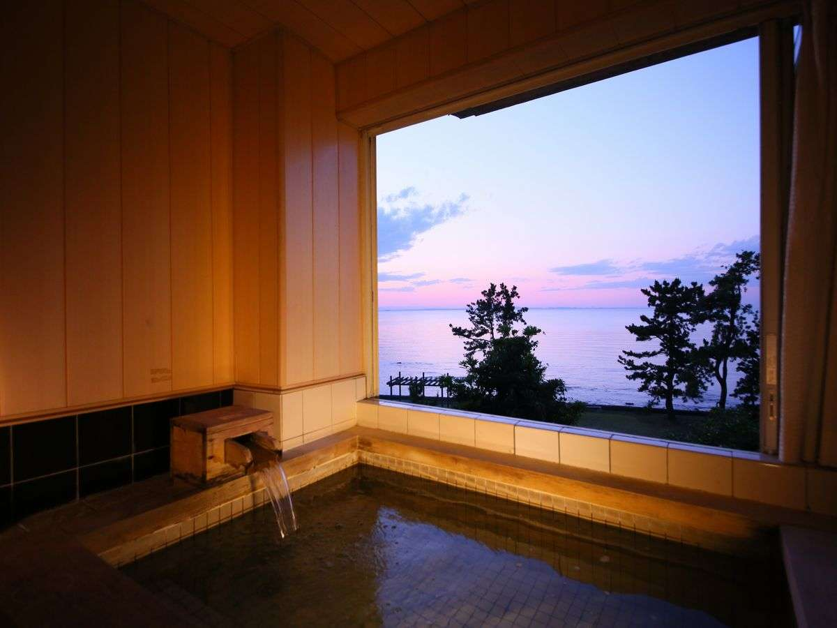 【貸切風呂】仕事の合間に景色を眺めながら温泉につかり、ほっと一息。