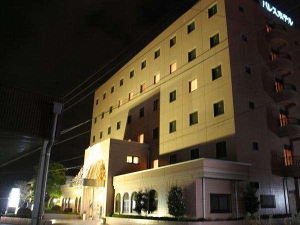 夜の小山パレスホテル。平面の駐車場が便利。車でも電車でもアクセス◎