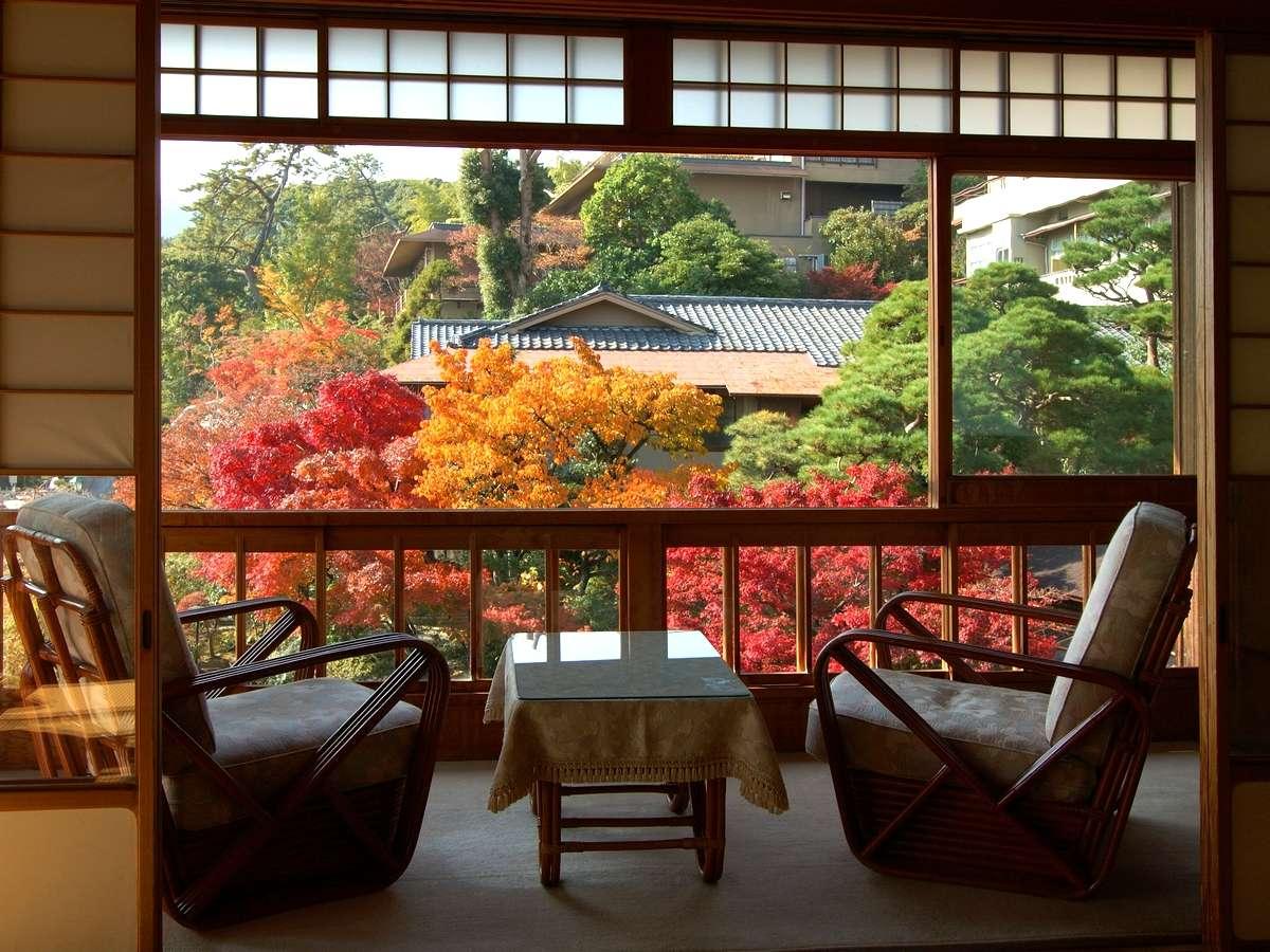 【庭園の風景】お部屋からも紅葉を楽しむ事ができます。