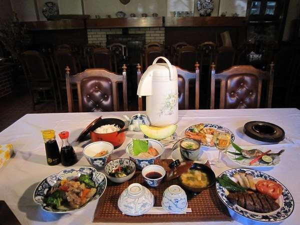 夏の夕食の画像、ステーキ、中華料理、お刺身、フライものなど、数々のメニュウ。