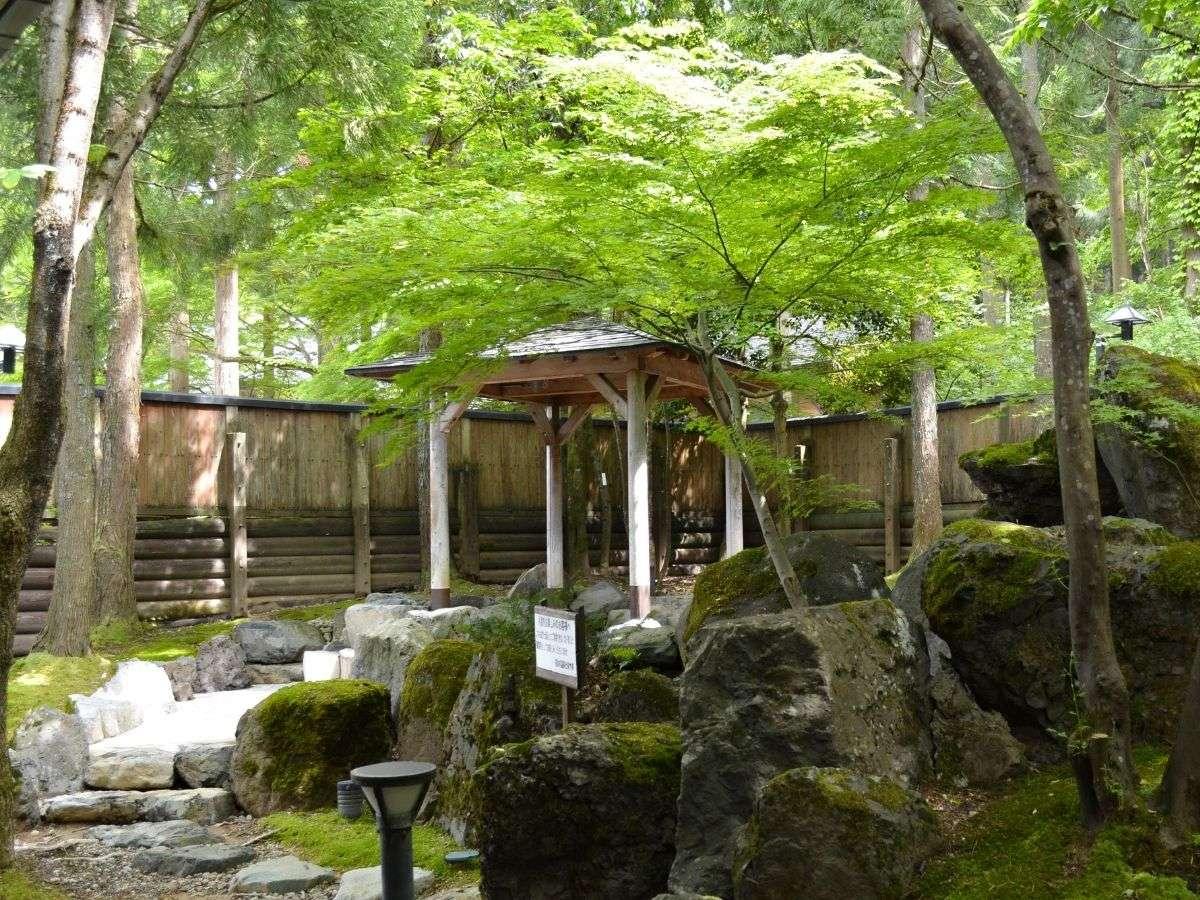 美しい緑に覆われた自然豊かな露天風呂はそまやまならでは。