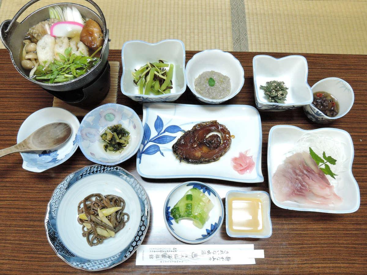 *スタンダード夕食一例/きりたんぽ、鯉料理、熊肉に山菜料理とボリュームたっぷりの山のごちそう♪
