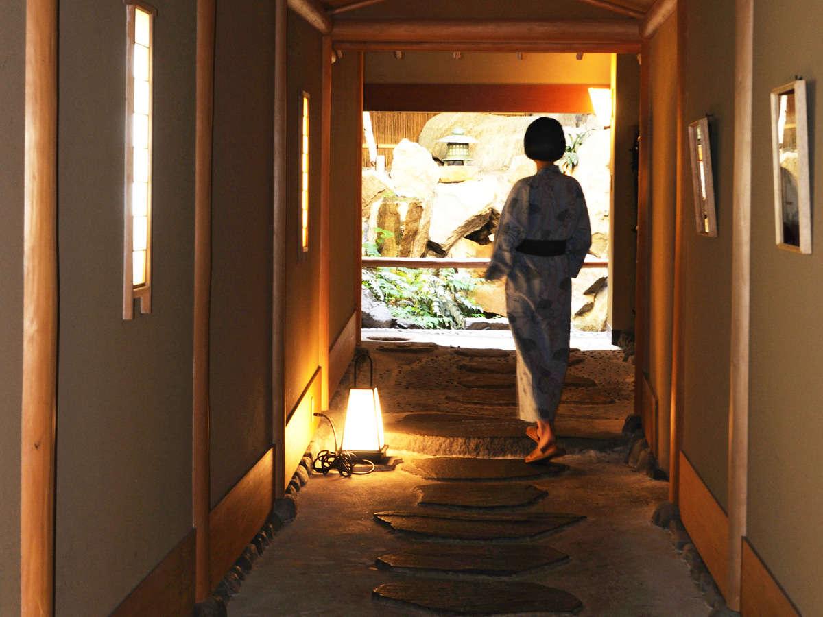 【館内の様子】純和風の館内には、石畳の廊下や池もございます