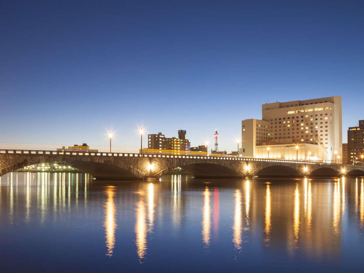 新潟市のシンポル「萬代橋」ホテルは萬代橋の袂に位置しています