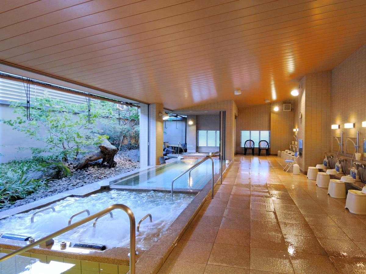 【男性大浴場・利家の湯】庭園を望む開放感に溢れた露天感覚の大浴場