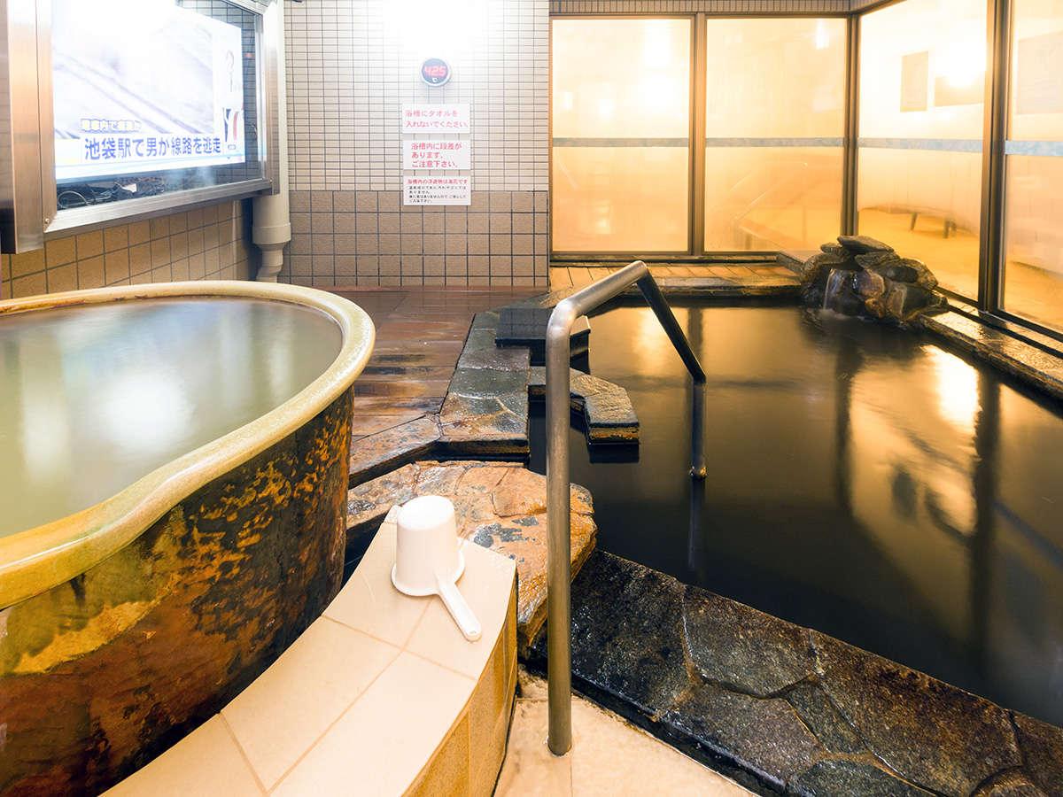 女性露天風呂。左のツボ湯は源泉かけ流し浴槽。