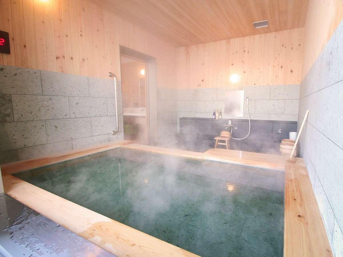 【貸切風呂】ヒノキの香りが心も癒してくれそうな気分になります。