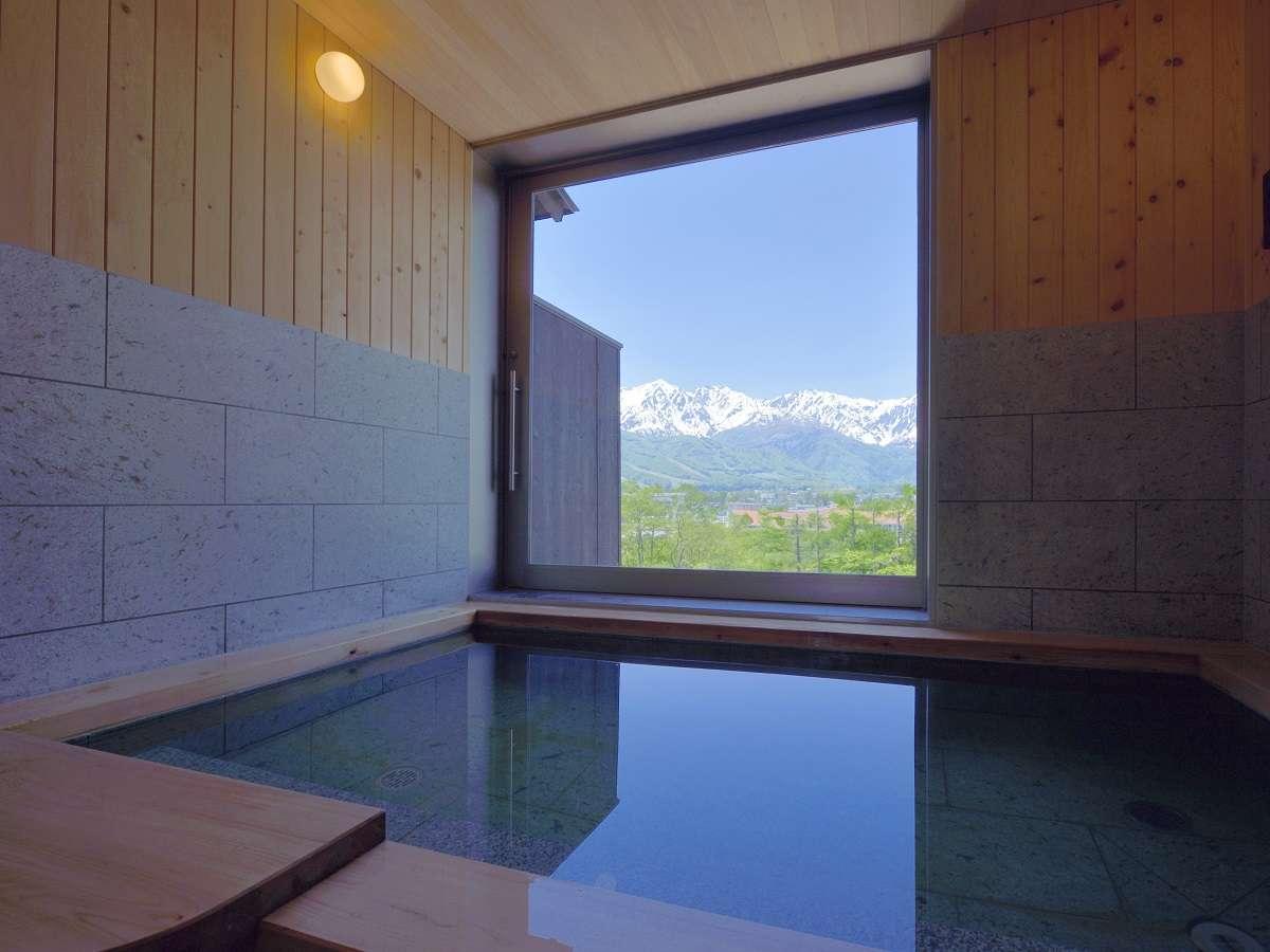 【貸切風呂】ご自宅のお風呂よりも大きい貸切風呂は半露店風呂。窓辺から見えるアルプスでさらに極楽気分♪