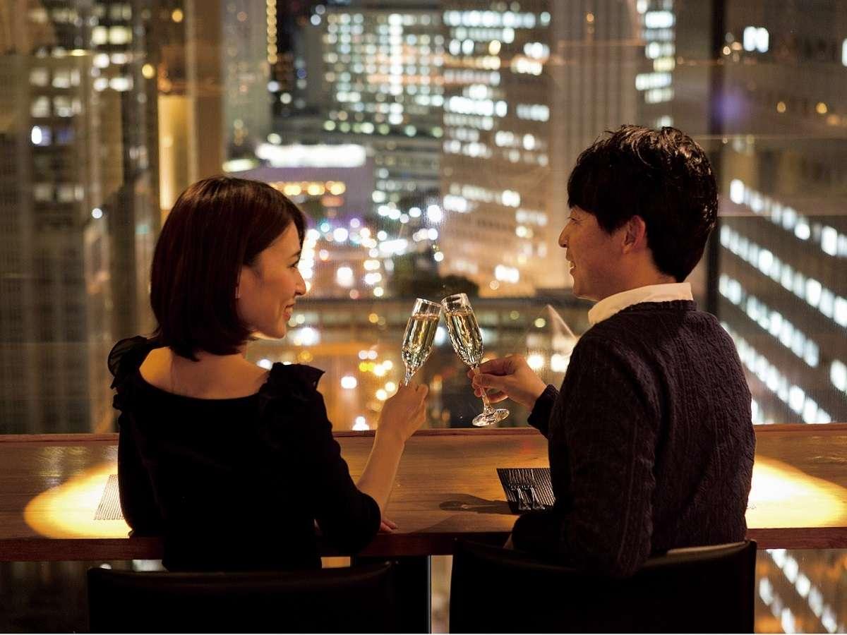 【本館25F マンハッタンテーブル】カップルシートで夜景を眺めながらお食事を♪