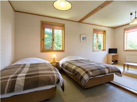 ベッド2台に畳スペースのある広々和洋室