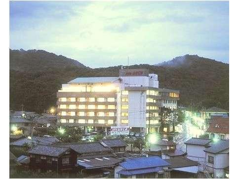 ホテル全景(日暮れ)