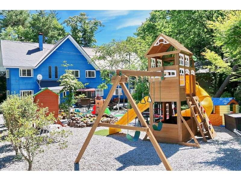 宿の庭は300坪! 大型遊具やブランコ、ハンモック、トランポリン、すべり台などたくさんの遊具があります。