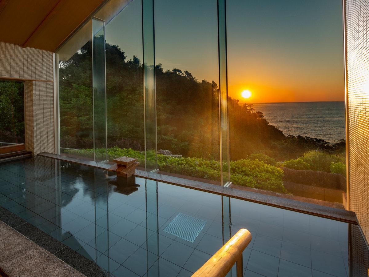 眩い日の出と熊野灘を一望できる湯船で癒しのひと時を