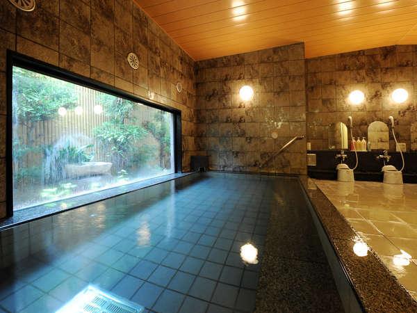 ラジウム人工温泉大浴場「旅人の湯」。利用時間:15時~深夜2時/5時~10時