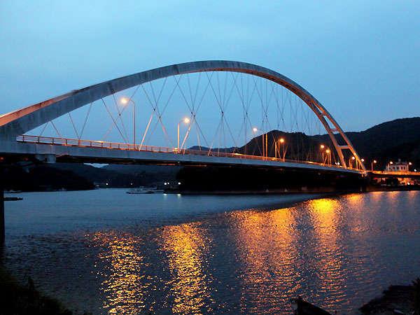 銀鱗からの散策コース:麻生の浦大橋の夕景。