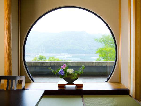 和室「光月」。穏やかな時間の流れる部屋からは生浦湾を望める。