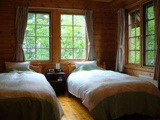 ツインルーム -各室とも窓から木々が迫っています-