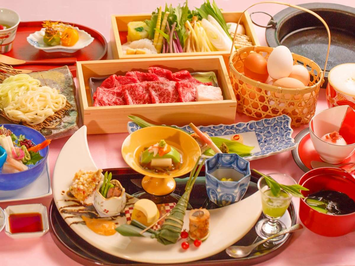 季節ごとに変わるお食事は彩り鮮やか。料理長自慢のお食事をお楽しみください。