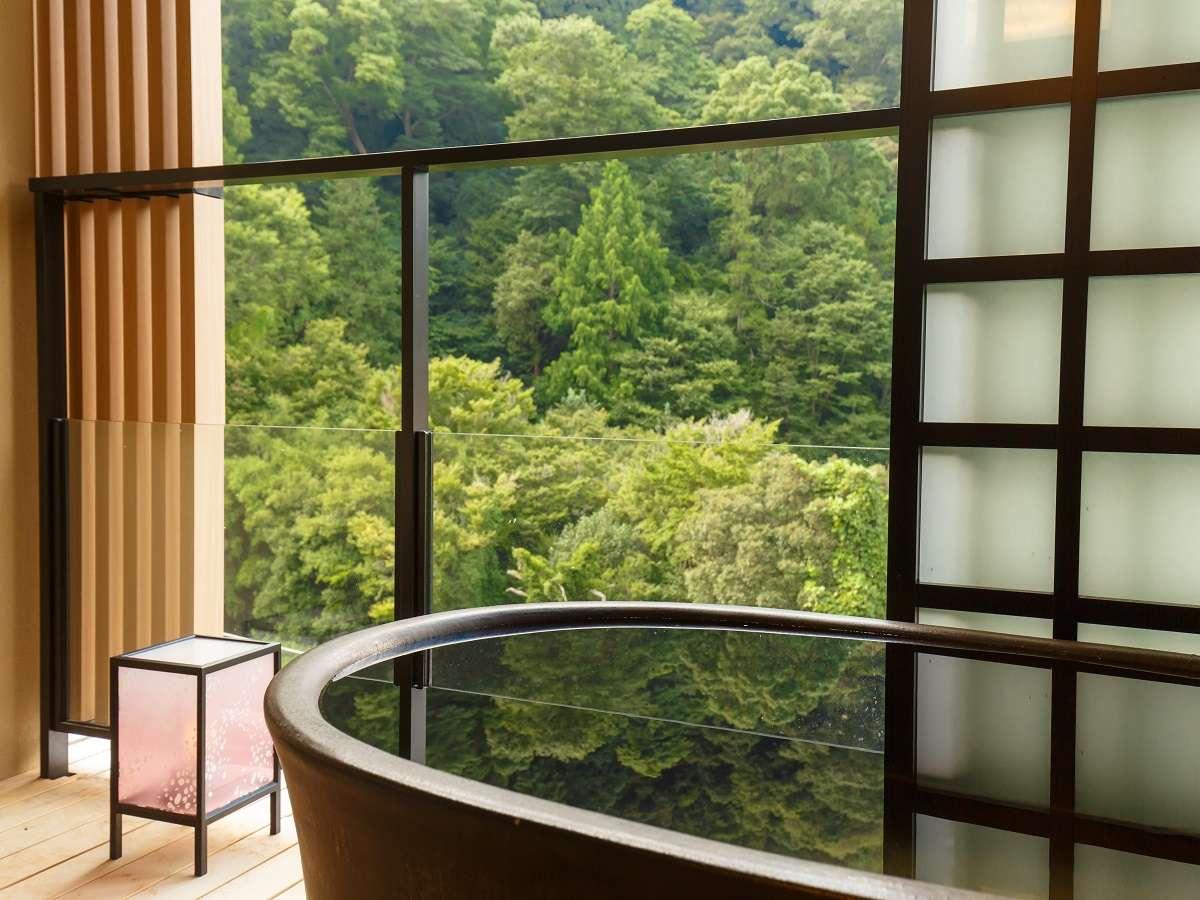 ハリウッドツインの客室露天風呂。須雲川の渓流の音とともに非日常空間を演出。/春夏