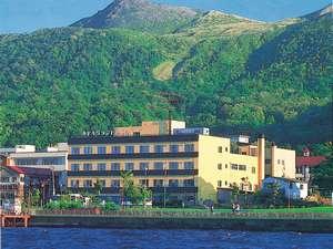 湖から望む当館外観