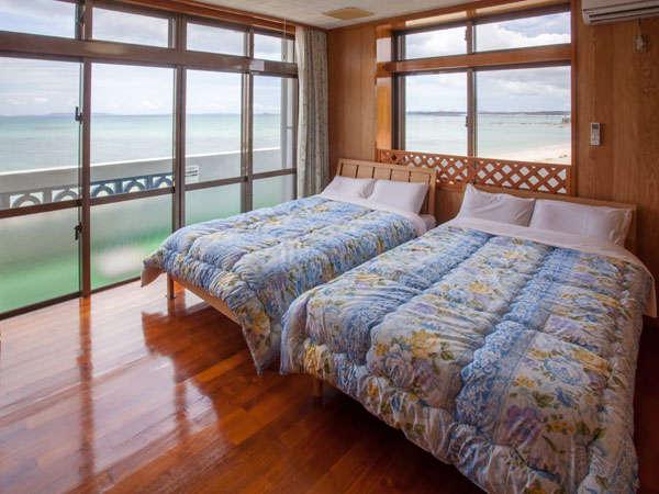 寝室は2つ。ツインルームと和室。寝室からも海を楽しむ、海辺の街の滞在。