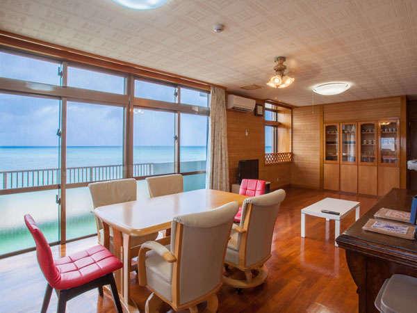 リビングから海を望む素敵な滞在。キッチン、冷蔵庫、ソファーセット等備品完備。