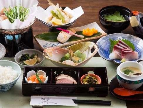 夕食 津和野三種盛や地元の食材を使った自慢の創作料理を楽しめます