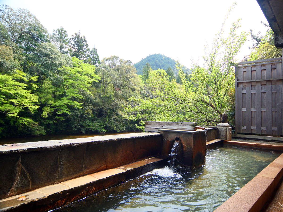 清流「板敷川」を望む露天風呂。自然を肌に感じながらのゆっくりお寛ぎ下さい。*