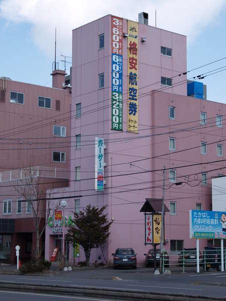 ホテル全景ピンク色が目印です。