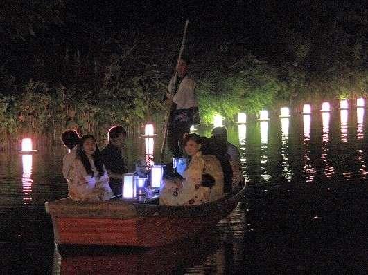 昼間とはちがった雰囲気で、風情と情緒がつつみこむ夜の川下り「灯り舟」