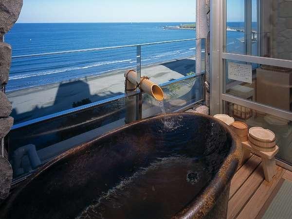 【露天付客室一例】明るいうちにご入浴すると、日向灘を一望できます♪