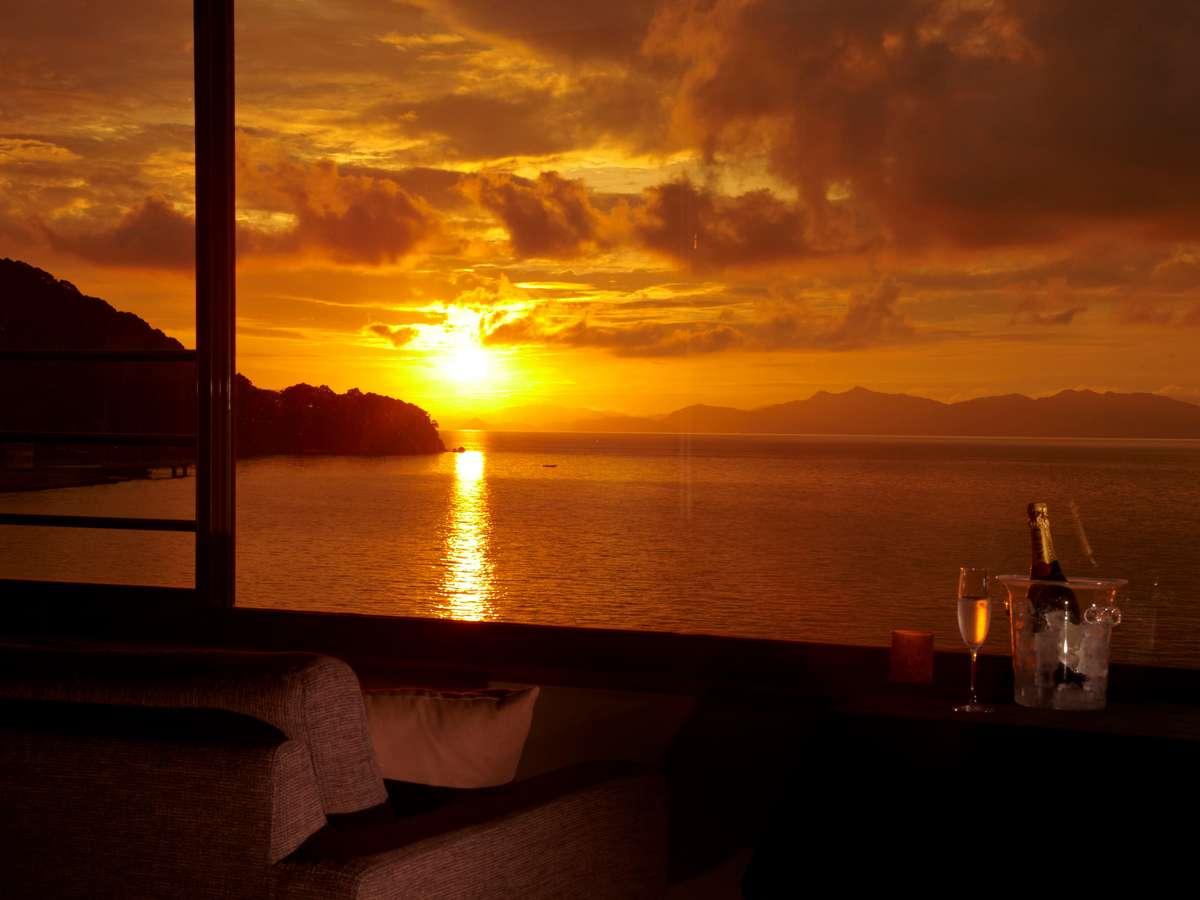 【ホテルから望む夕日】「日本夕日百選」に選ばれた湯の児からの夕日は、見た人に格別な思い出を残します。