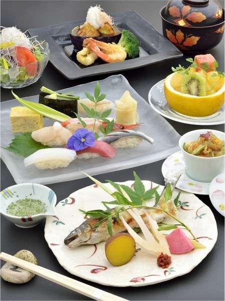 職人の熟練した技、そして福鮨伝統の味付けで旬の魚をお楽しみ頂けます。