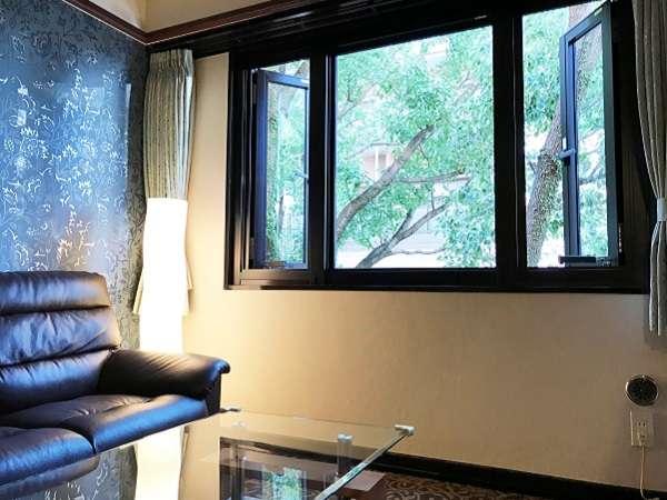 【客室窓・ダブルルーム】緑が見えるお部屋でごゆっくりお過ごしくださいませ。