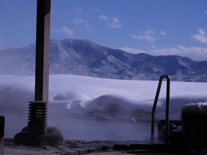 【露天風呂からの雪景色】晴れた日の雪見風呂は、ずっと入っていられるくらいの絶景です。