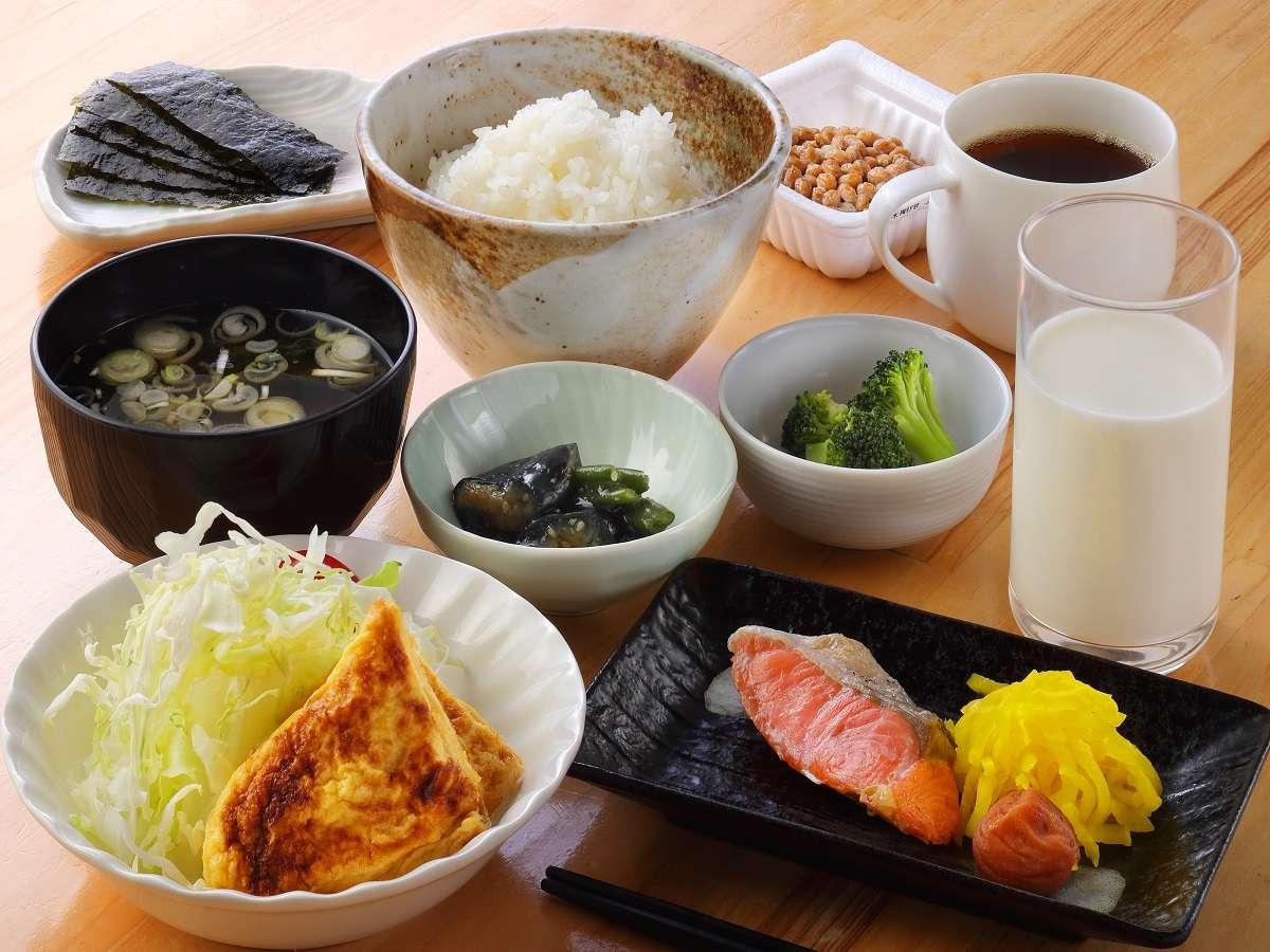ご朝食は内容、ボリューム共にご満足いただけるものをご用意しております。