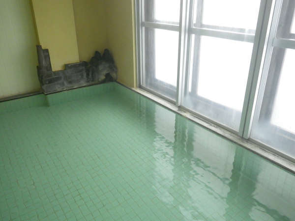 *源泉掛け流しの熱くない「ぬる湯」で保温効果が持続します。